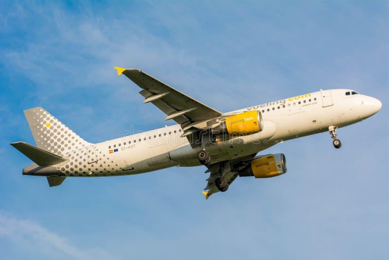 Het vliegtuig van de Luchtbus A320 EG-KDT van Vueling Airlines Clickair landt stock afbeeldingen
