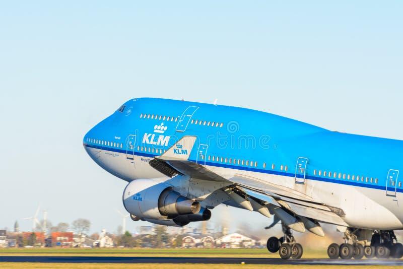 Het vliegtuig van de Luchtvaartlijnen ph-BFN Boeing 747-400 van KLM Royal Dutch stijgt bij Schiphol luchthaven op royalty-vrije stock foto's