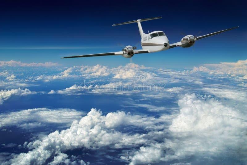 Het vliegtuig van de luxe. Blauwe hemelvlucht.   royalty-vrije stock foto's