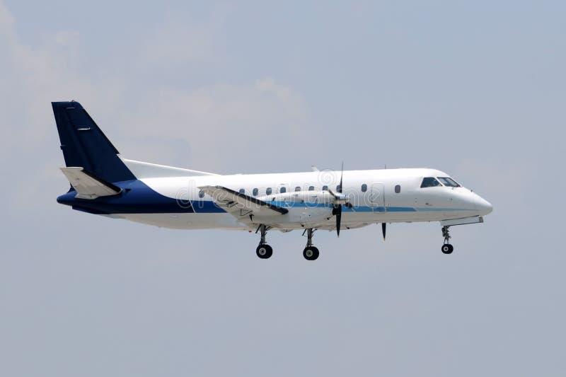 Het vliegtuig van de propeller het landen royalty-vrije stock afbeelding