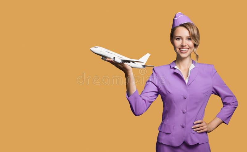 het vliegtuig van de stewardessholding ter beschikking stock foto