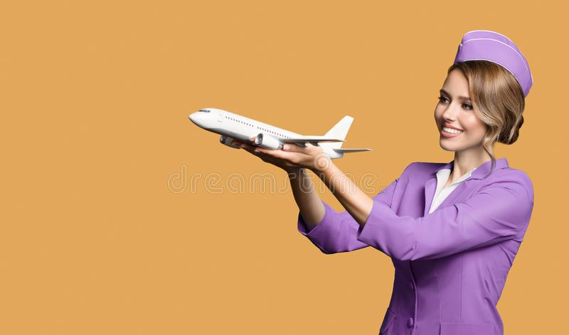 het vliegtuig van de stewardessholding ter beschikking stock afbeeldingen