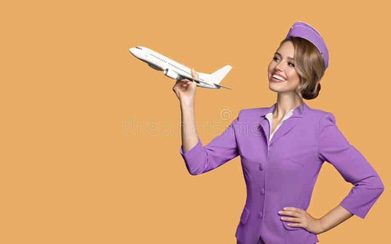 het vliegtuig van de stewardessholding ter beschikking royalty-vrije stock afbeeldingen