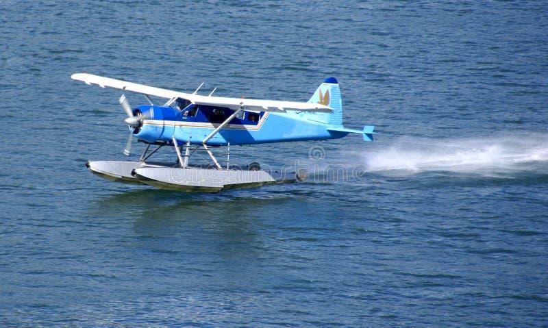 Het vliegtuig van de vlotter, dat van water van start gaat royalty-vrije stock afbeelding