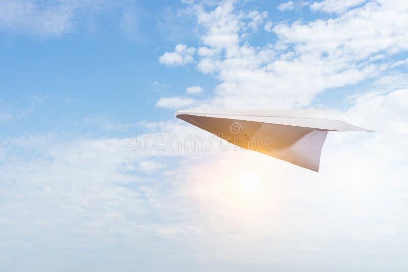 Het vliegtuig van het document in blauwe hemel stock afbeelding