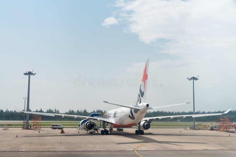 Het vliegtuig van Jetstarluchtroutes in de luchthaven stock foto's