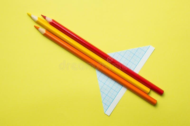 Het vliegtuig van kinderen van potloden op een gele achtergrond, de creativiteit van kinderen royalty-vrije stock fotografie