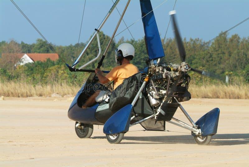 Het vliegtuig van Microlight ter plaatse stock afbeelding
