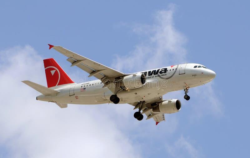 Het vliegtuig van Northwest Airlines tijdens de vlucht stock foto