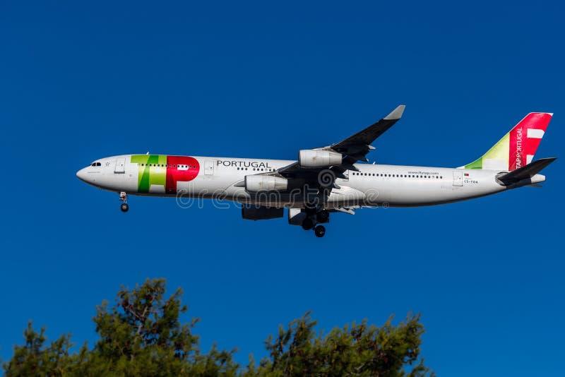 Het vliegtuig van Portugal van de kraanlucht stock afbeeldingen