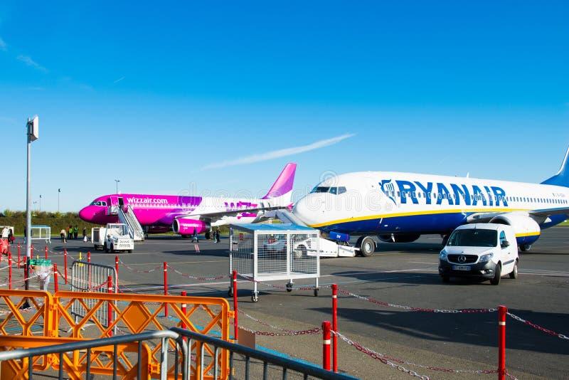 Het vliegtuig van Ryanair en Wizzair-in luchthaven royalty-vrije stock afbeeldingen