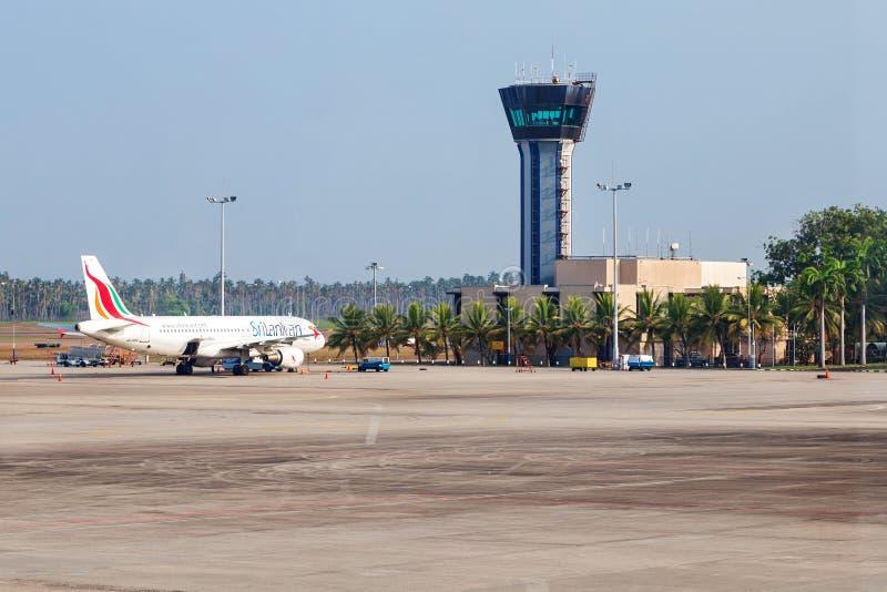Het Vliegtuig van Srilankan op schort wordt geparkeerd die stock afbeeldingen