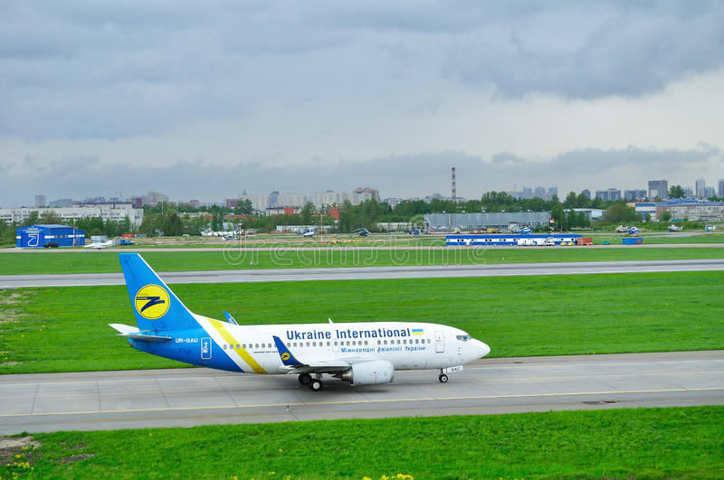 Het vliegtuig van Ukraine International Airlines Boeing 737-500 in de Internationale luchthaven van Pulkovo in heilige-Petersburg royalty-vrije stock foto's