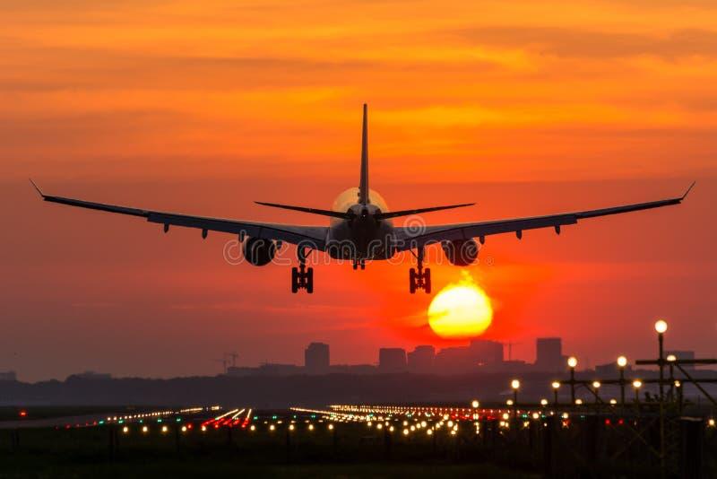 Het vliegtuig vliegt aan de luchthaven stock fotografie