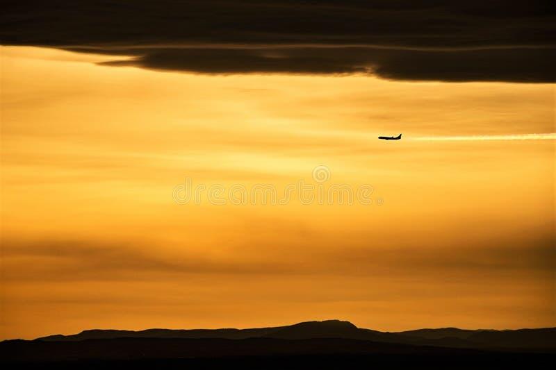 Het vliegtuig vliegt in de hemel stock afbeelding