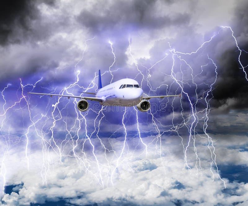 Het vliegtuig vliegt door een onweer met veel bliksem stock foto