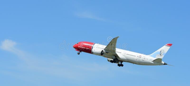 Het vliegtuig vliegt omhoog van de baan stock afbeeldingen