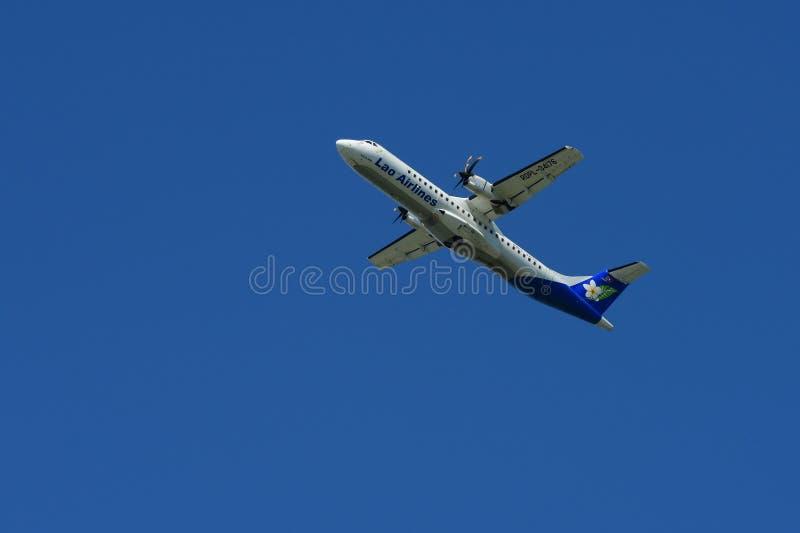 Het vliegtuig vliegt omhoog van de baan royalty-vrije stock afbeelding