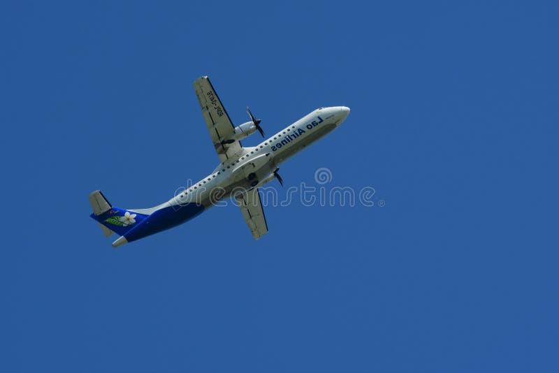 Het vliegtuig vliegt omhoog van de baan stock afbeelding