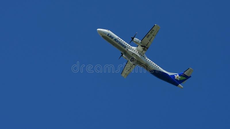 Het vliegtuig vliegt omhoog van de baan royalty-vrije stock foto's