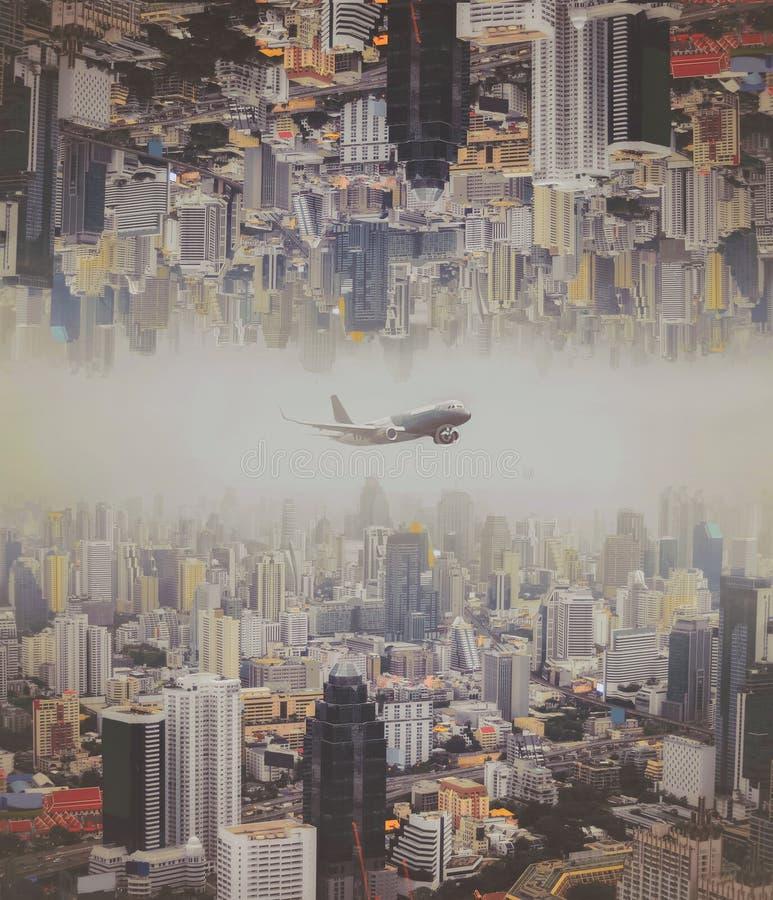 Het vliegtuig vloog over de stad, Bangkok royalty-vrije stock afbeelding