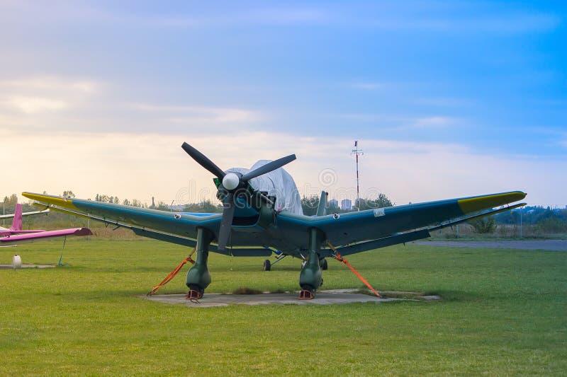 Het vliegtuig wacht op vlucht bij luchthaven stock afbeelding