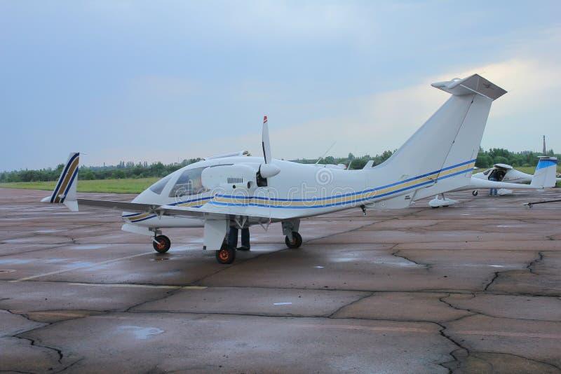 Het vliegtuig wacht op vlucht bij luchthaven stock foto