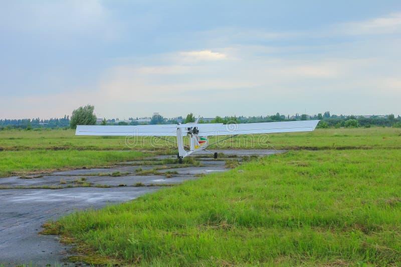 Het vliegtuig wacht op vlucht bij luchthaven stock fotografie