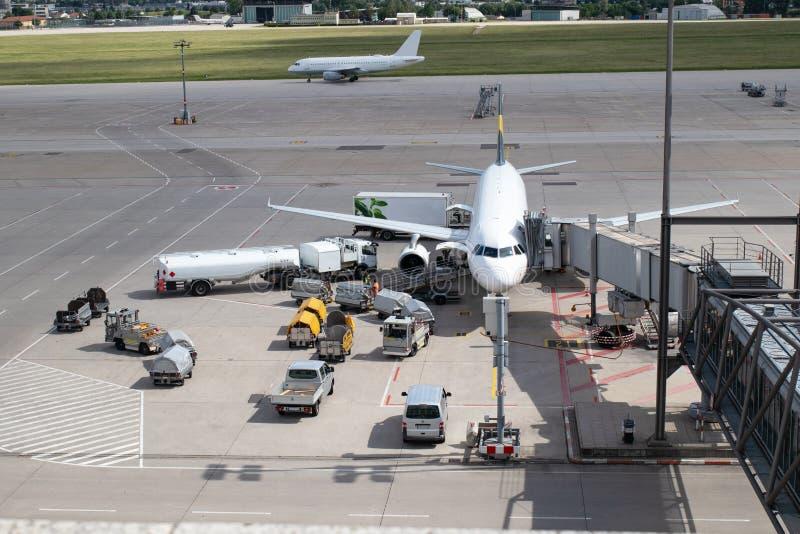 Het vliegtuig wordt leeggemaakt en bijgetankt royalty-vrije stock afbeelding