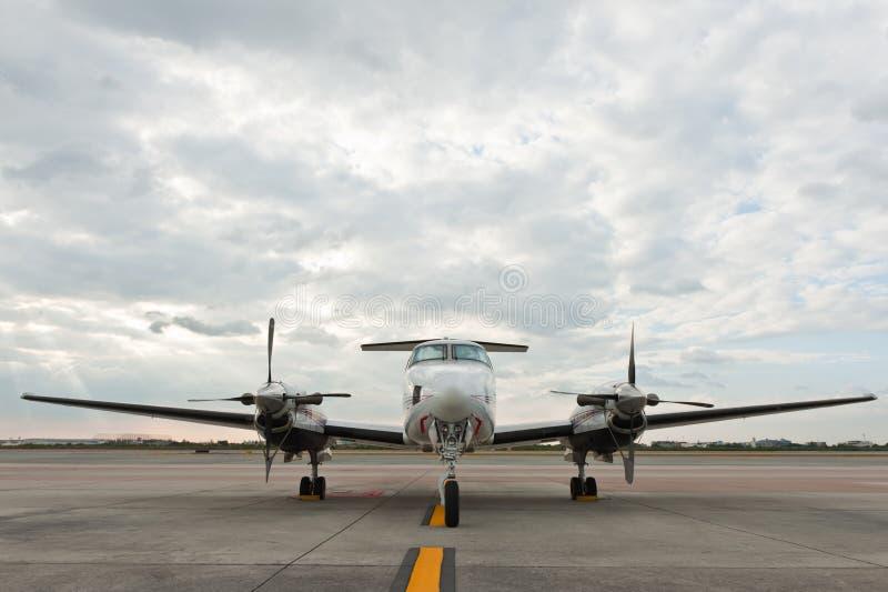 Het vliegtuigparkeren van de propeller bij luchthaven royalty-vrije stock fotografie