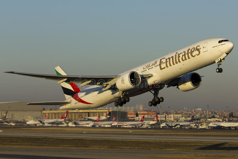Het vliegtuigstart van emiraten stock foto