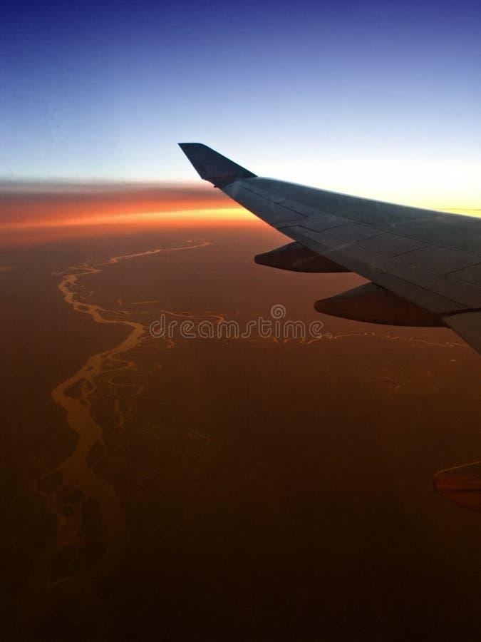 Het vliegtuigvleugel van de luchtreis met het winden van rivier royalty-vrije stock foto's
