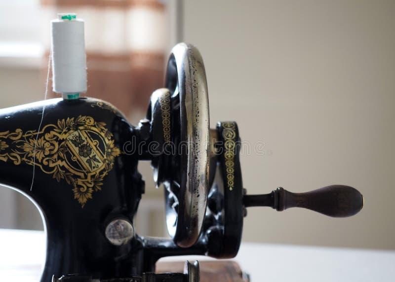 Het vliegwiel van oude uitstekende hand naaimachine stock fotografie