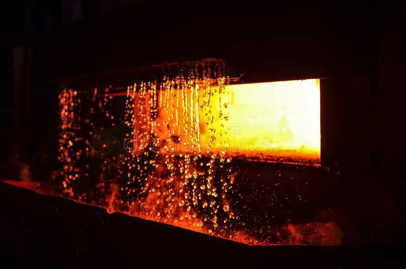 Het vloeibare staal van de hoogovenuitsmelting in staalfabrieken Het smelten van metaal in een staalfabriek stock afbeeldingen