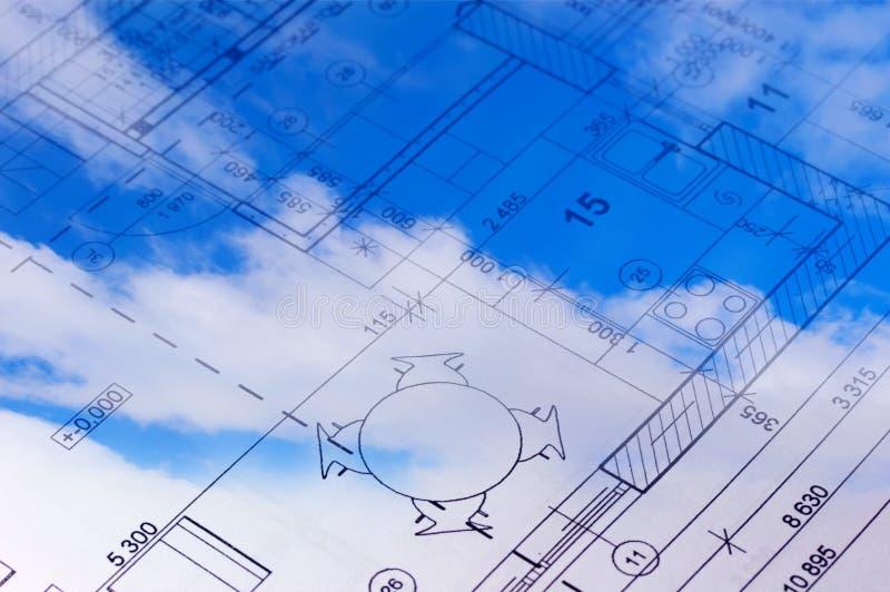Het vloerplan van een huisblauwdruk in de hemel. stock fotografie