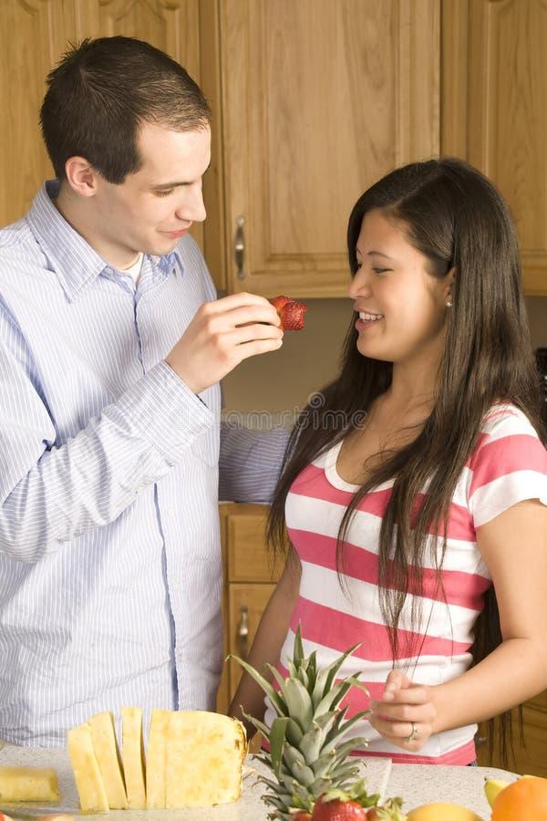 Het voeden van aardbei aan vrouw stock foto