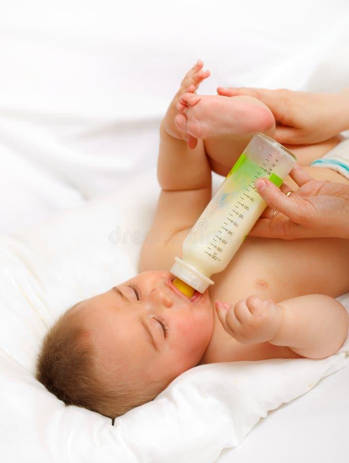 Het voeden van de baby stock foto