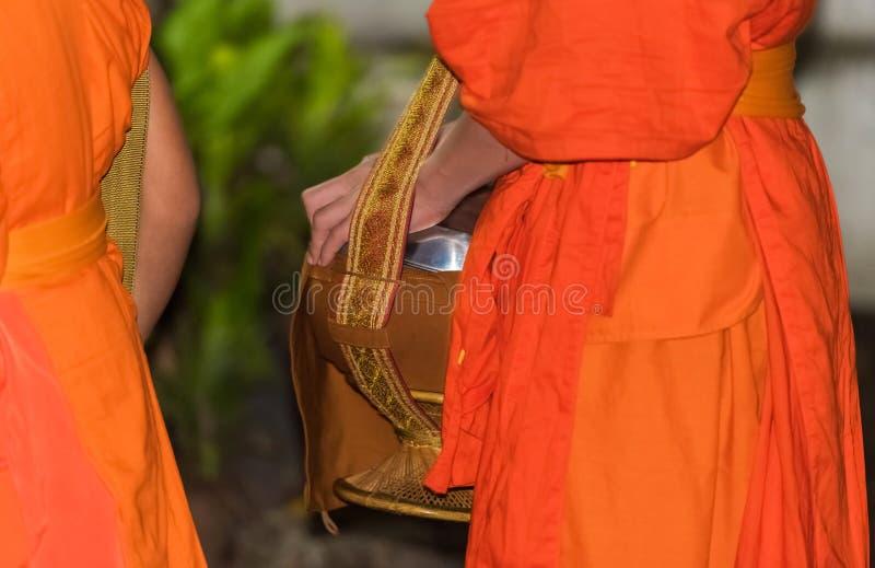 Het voeden van de monniken Het ritueel wordt genoemd Tak Bat, Luang Prabang, Laos Close-up royalty-vrije stock foto's