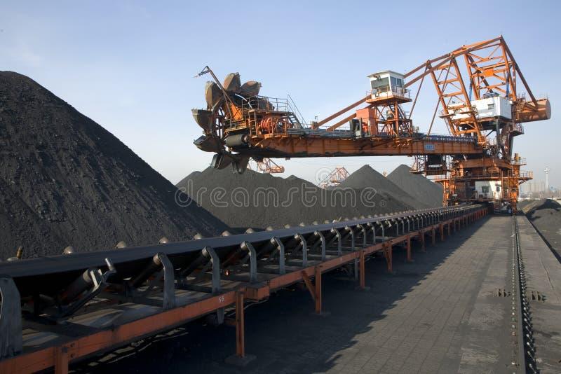 Het voeden van de steenkool machine en transportbandlijn royalty-vrije stock foto