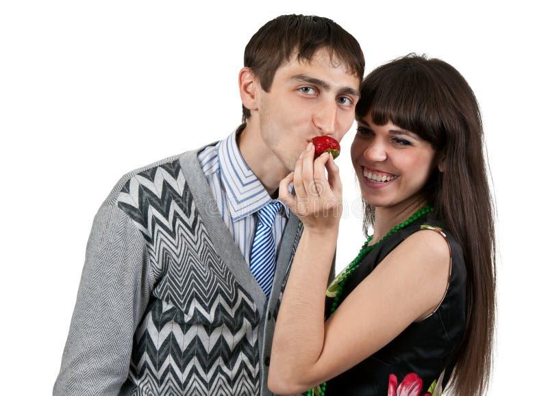 Het voeden van de vrouw man aardbeien stock afbeeldingen