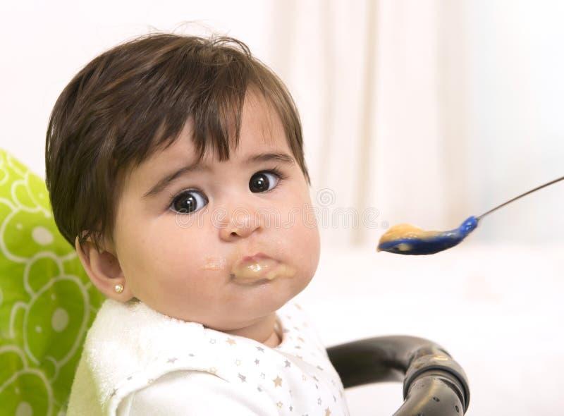 Het voeden van een leuk Mooi Babymeisje stock foto's