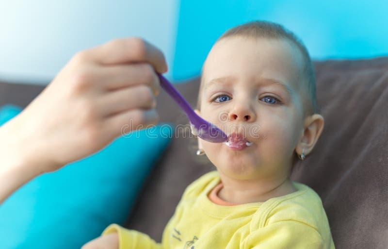 Het voeden van Haar Babymeisje met een Lepel royalty-vrije stock foto