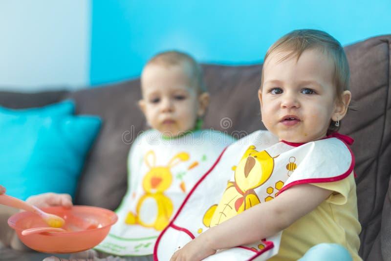 Het voeden van weinig baby brengt samen stock foto