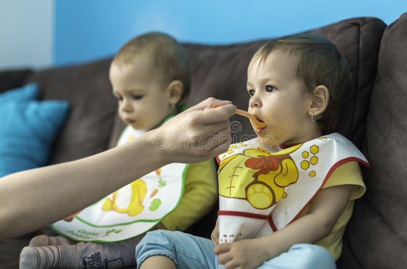 Het voeden van weinig baby brengt samen royalty-vrije stock afbeeldingen