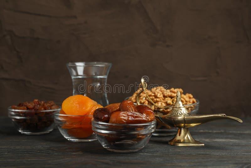 Het voedsel en de decoratie van Ramadan Kareem op houten lijst stock afbeelding