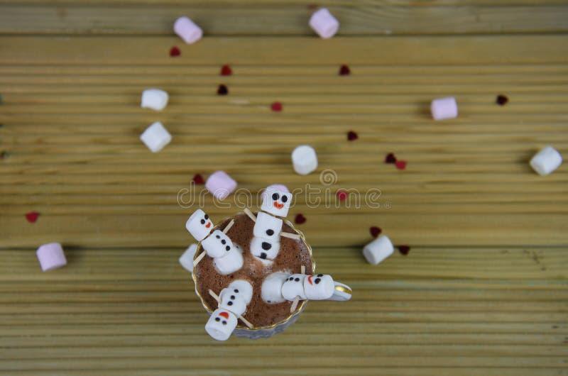 Het voedsel en de drank het beeld van de wintertijdfotografie met hete chocolade vormt en minidieheemst als gelukkige sneeuwman w royalty-vrije stock foto