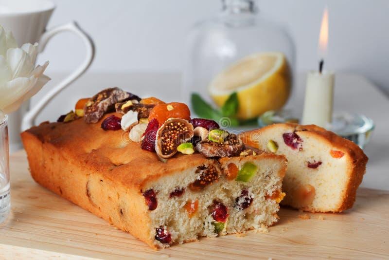 Het voedsel gekonfijte vruchten van de pruimcake, droge noten, stock fotografie
