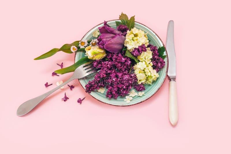 Het voedsel het roze van de van de achtergrond plaatschotel van de het boeketbos bloemtulp groene purpere gele lilac mes van de h royalty-vrije stock foto