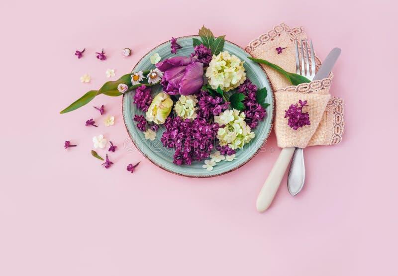 Het voedsel het roze van de van de achtergrond plaatschotel van de het boeketbos bloemtulp groene purpere gele lilac mes van de h royalty-vrije stock afbeelding