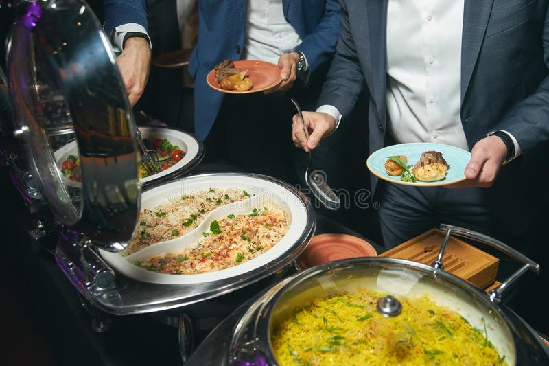 Het voedsel van het cateringsbuffet binnen in luxerestaurant stock afbeelding